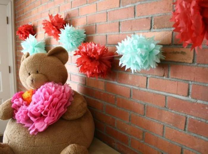 une-tres-belle-deco-fleur-papier-de-soie-plusieurs-fleurs-bleues-rouges-et-une-fleur-rose-pour-une-chambre-de-style-industriel