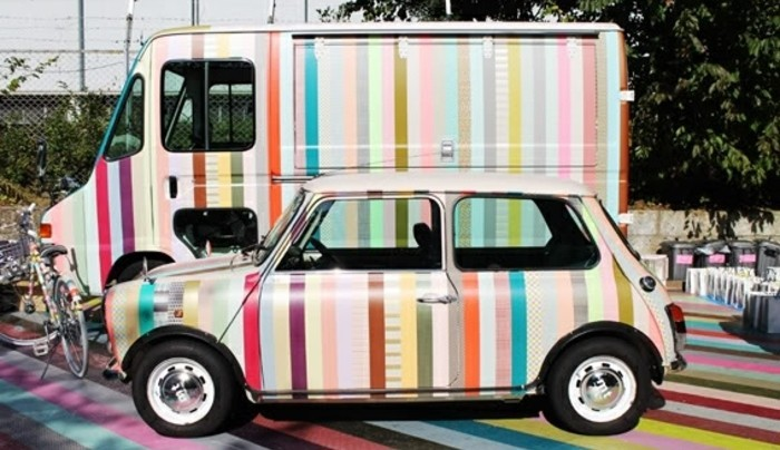 une-voiture-decoree-a-l-aide-de-ruban-adhesif-decoratif-idee-diy-extraordinaire