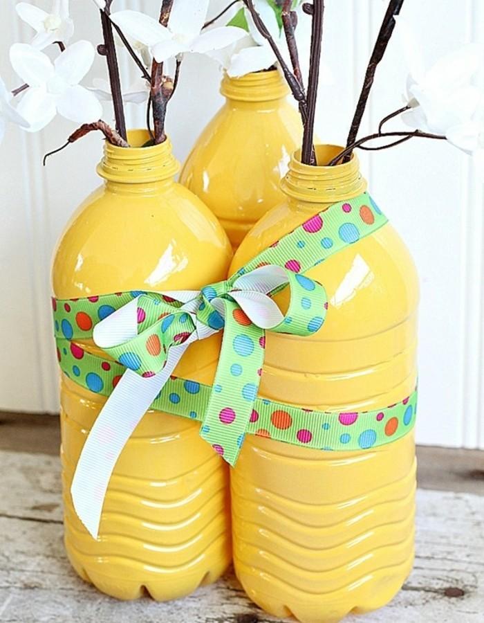 vases-de-fleurs-jaunes-fabriques-a-partir-de-bouteilles-en-plastique-deco-recup-plastique-recyclable