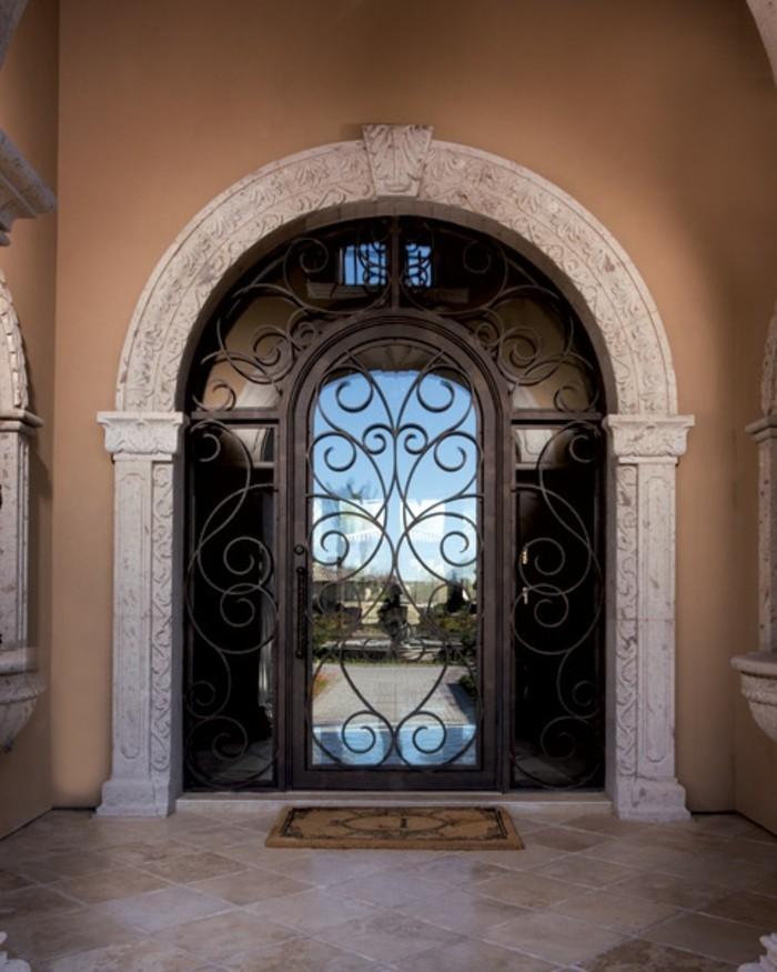 volute-fer-forge-arc-de-portail-principal-en-platre-facade-beige