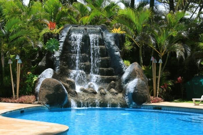 1piscine-avec-cascade-en-pierres-plantes-exotiques-temps-chaud