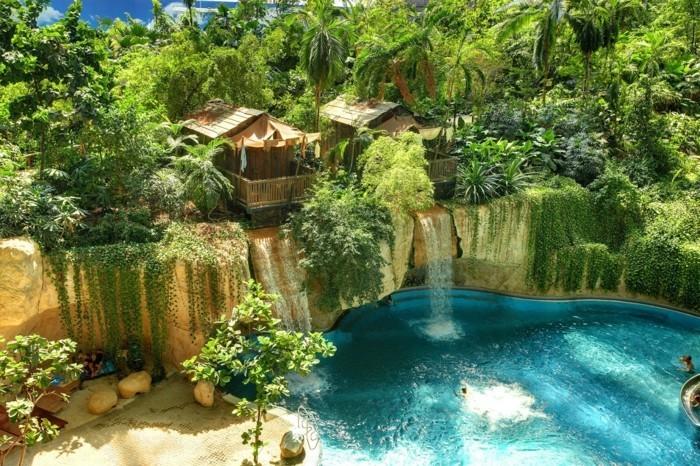 1piscine-avec-cascade-paradis-atmopshère-incroyable-irréelle-jungle-tout-en-vert