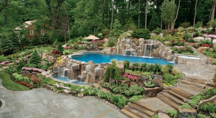 1piscine-avec-cascade-paradis-dans-votre-jardin-bien-soigné-plantes-vertes
