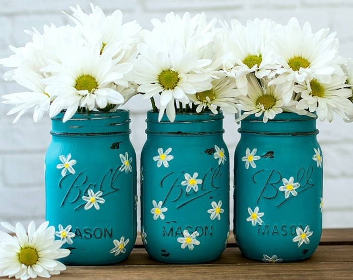 1que-faire-avec-des-pots-de-yaourt-en-verre--bocaux-peints-en-bleu-avec-des-fleurs-blanches