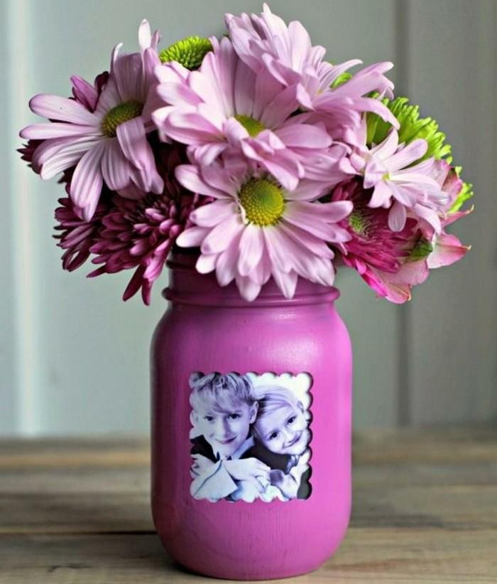 1que-faire-avec-des-pots-de-yaourt-en-verre-cadre-photo-vase-fleurs-fraîches-boucal-peint