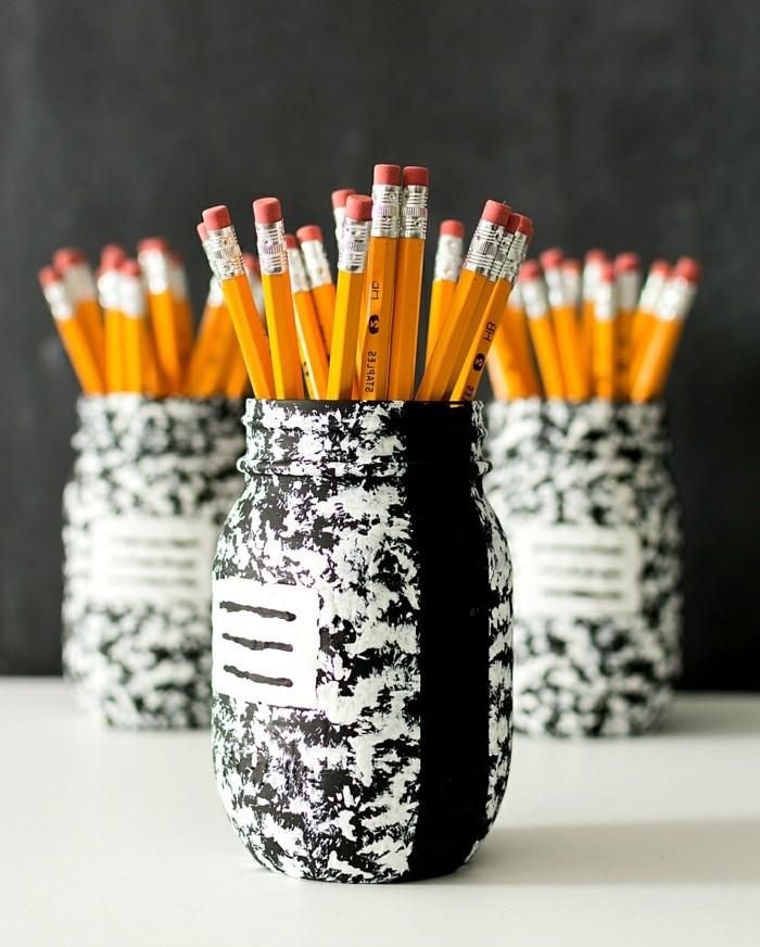 1que-faire-avec-des-pots-de-yaourt-en-verre-crayons-bocal-peint-en-blanc-et-noir