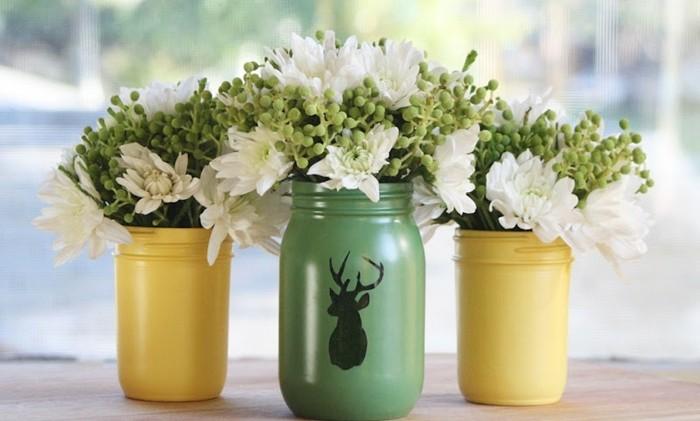 1que-faire-avec-des-pots-de-yaourt-en-verre-décoration-vase-fleurs-fraîches-blanches-et-vertes