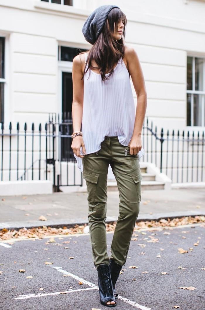 1quoi-mettre-avec-un-pantalon-kaki-bonnet-gris-sandales-noires-à-lacets