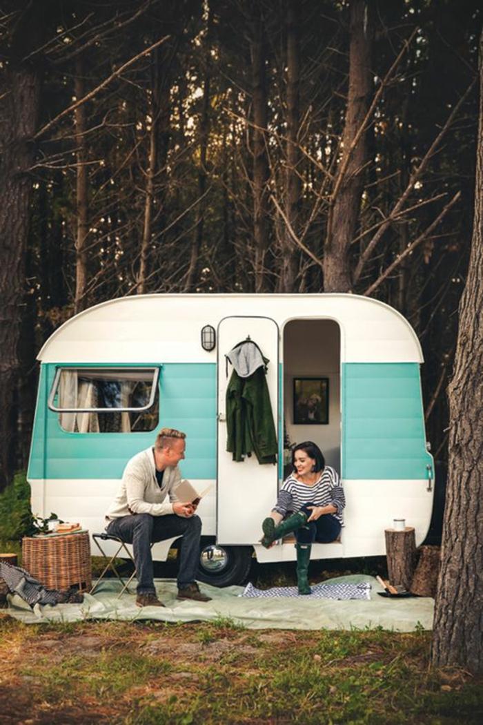 1vivre-en-caravane-camping-dans-la-foret-famille-heureuse-exterieur-en-blanc-et-marine