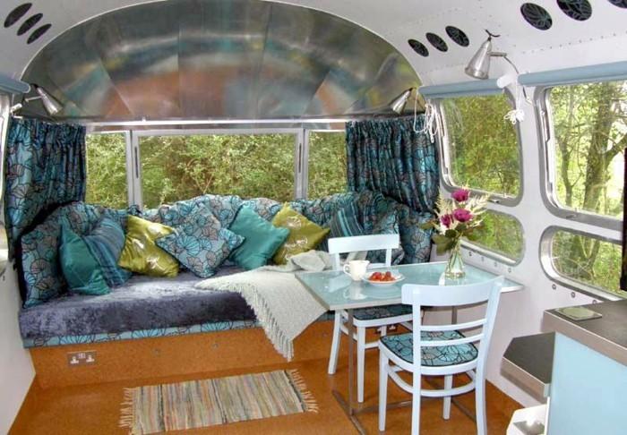 1vivre-en-caravane-coin-de-repos-ultra-cool-coussins-décoratifs-en-vert-et-bleu