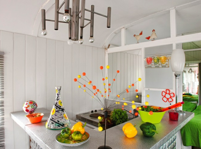 1vivre-en-caravane-contemporainne-moderne-blanche-avec-des-objets-jaunes-verts-oranges