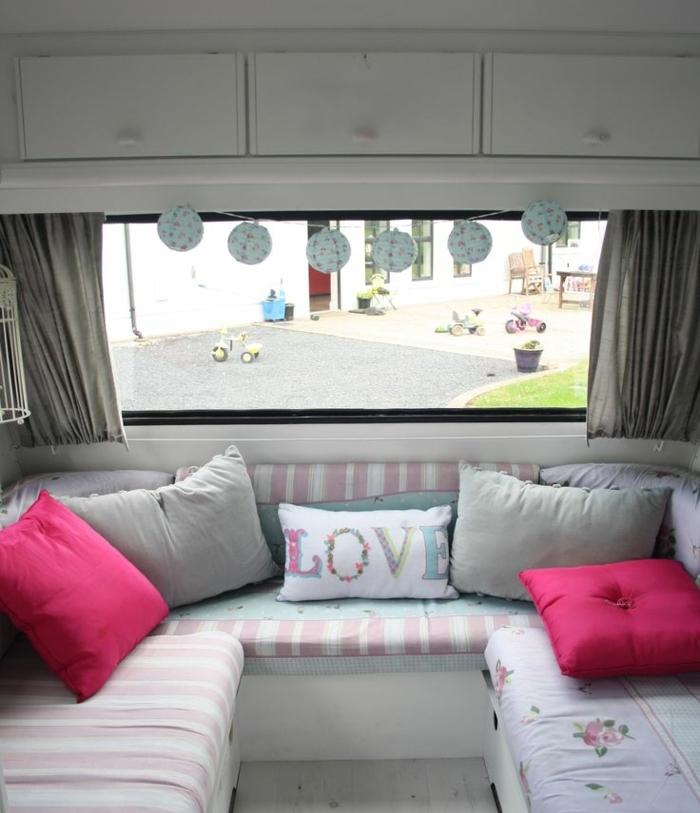 1vivre-en-caravane-couleurs-pastels-nuances-de-rose-coussins-décoratifs