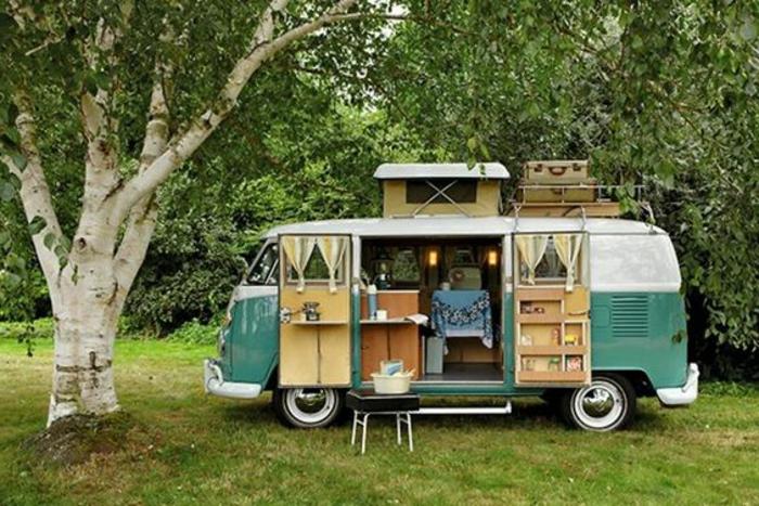 1vivre-en-caravane-espace-bien-aménagé-et-pratique-rideaux-éclairage-artificiel