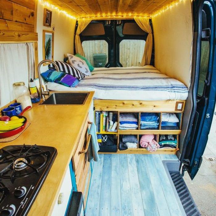 1vivre-en-caravane-espace-compacte-pratique-plafond-et-sol-en-bois-cuisine-équipée