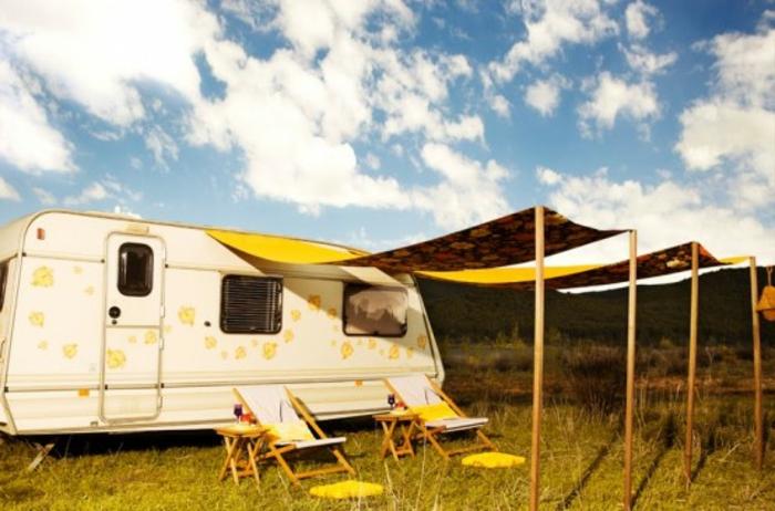 1vivre-en-caravane-harmonie-avec-la-nature-vie-bohème-couleurs-blanc-et-jaune