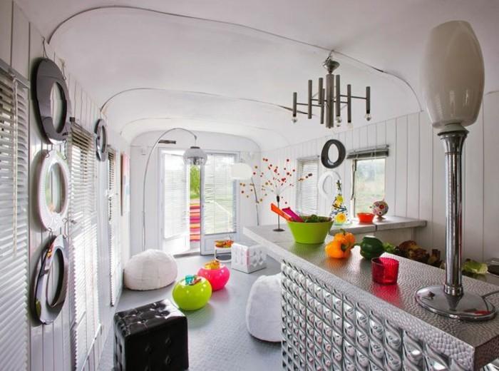 1vivre-en-caravane-moderne-intérieur-en-gris-et-blanc-avec-des-objets-en-couleurs