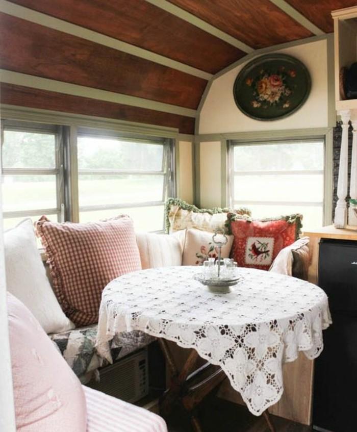 1vivre-en-caravane-vintage-style-matériaux-naturels-coussins-décoratifs