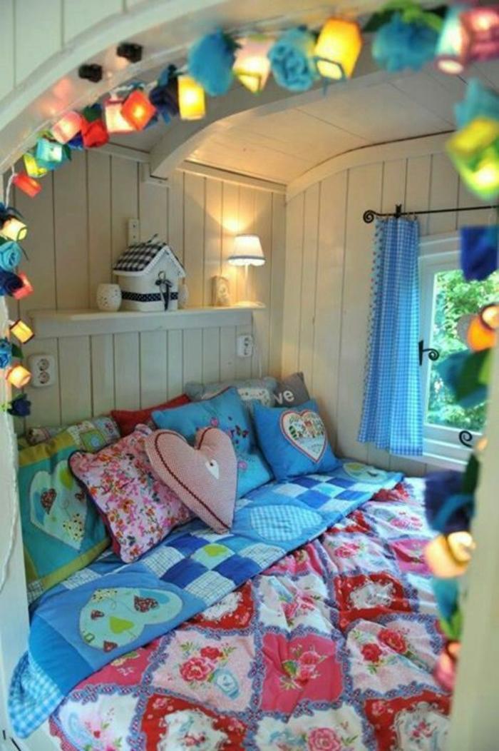 2vivre-en-mobil-home-chambre-enfant-en-couleurs-fraîches-et-vives-guirlandes-lumineuses