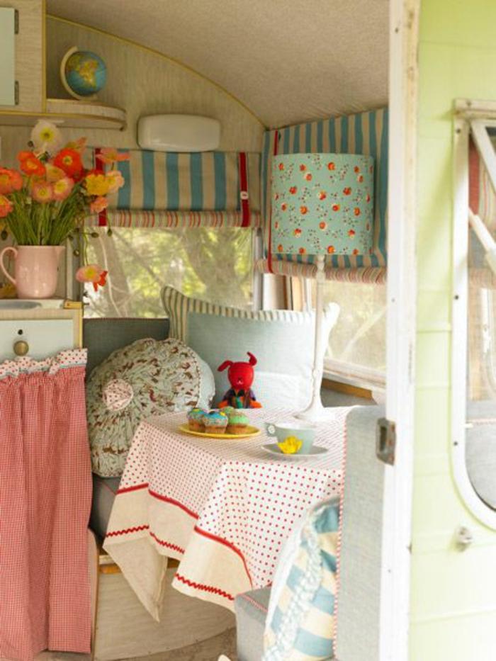 2vivre-en-mobil-home-coin-cozy-en-couleurs-fraîches-fleurs-coussins-décoratifs