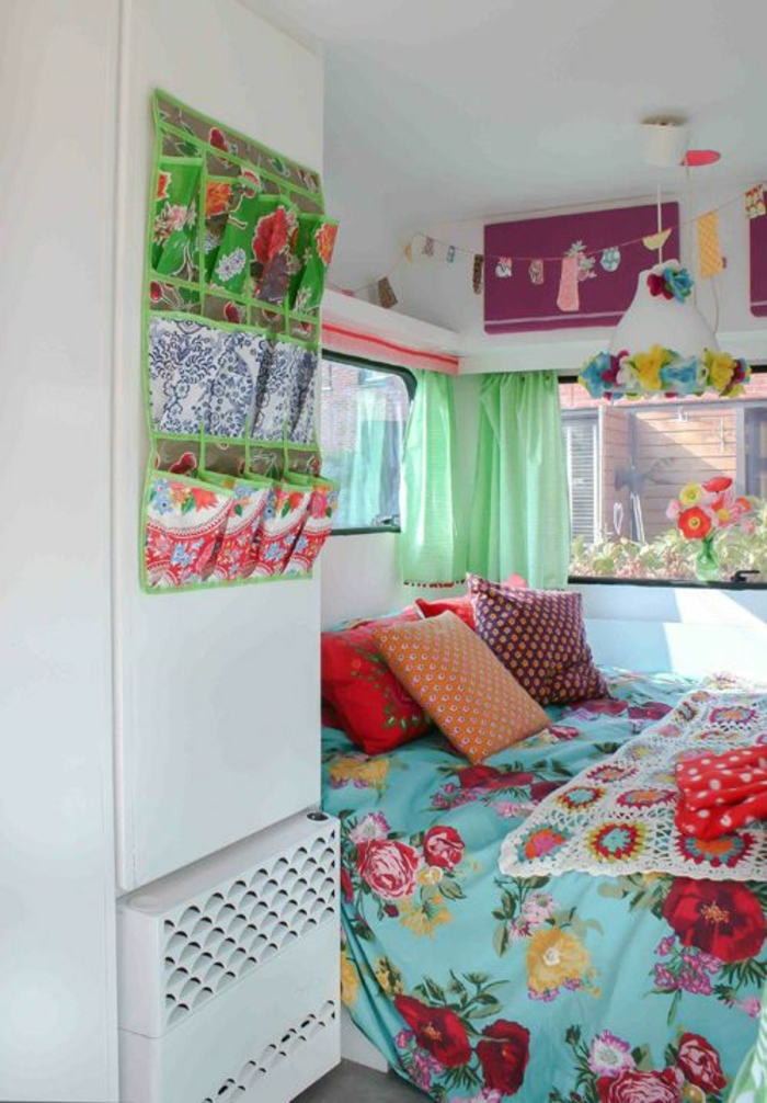 2vivre-en-mobil-home-couleurs-fraîches-vives-rideaux-verts-couverture-de-lit-en-motifs-floraux