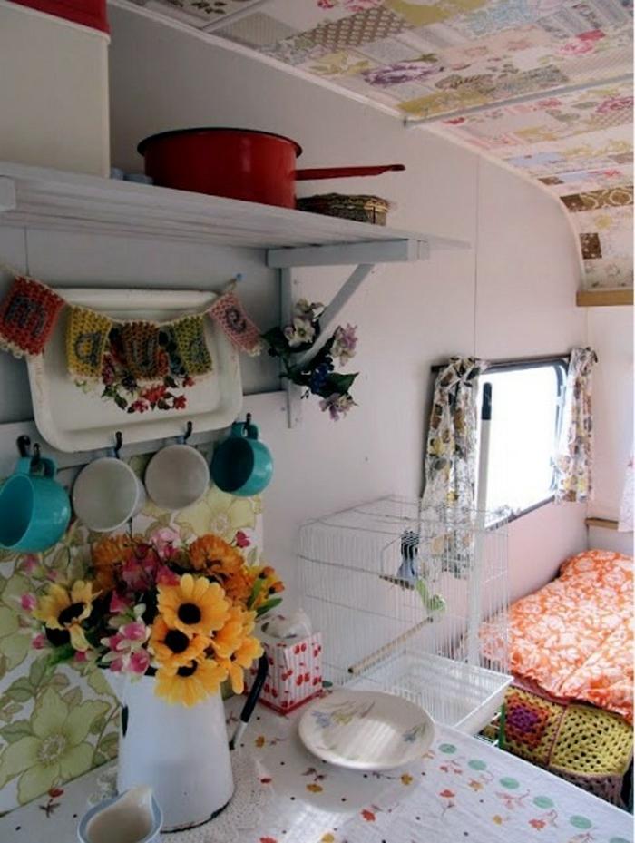 2vivre-en-mobil-home-cuisine-vintage-en-couleurs-chaudes-vives-fleurs
