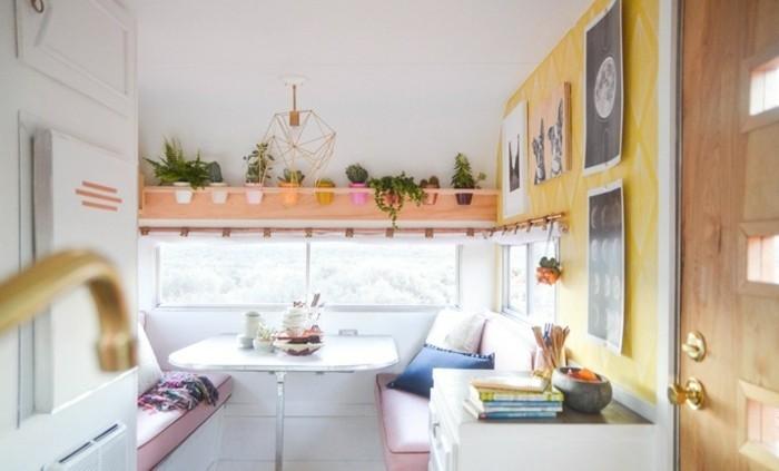2vivre-en-mobil-home-espace-bien-équipé-aménage-déco-en-blanc-jaune-rose-pastel