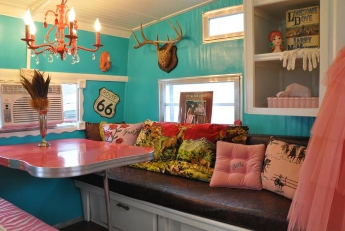 2vivre-en-mobil-home-intérieur-bleu-avec-des-coussins-décoratifs-objets-roses