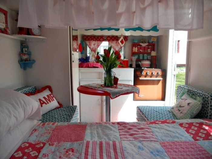 2vivre-en-mobil-home-intérieur-en-couleurs-fraîches-rouge-et-bleu-tulipes