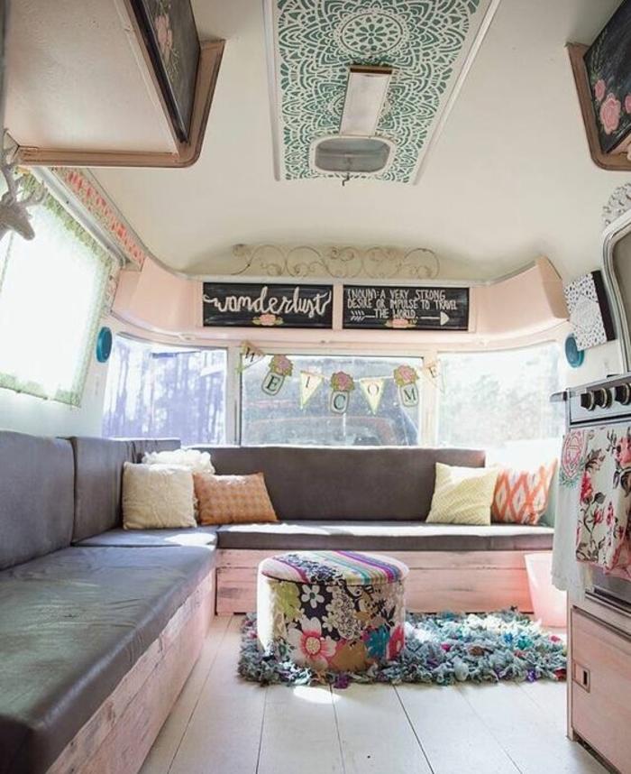2vivre-en-mobil-home-intérieur-en-couleurs-pastel-pouf-cuisine-vintage