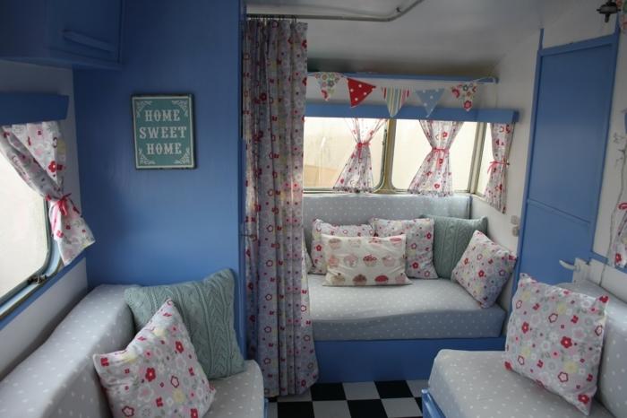 2vivre-en-mobil-home-intérieur-vintage-en-bleu-blanc-coussins-en-motifs-floraux
