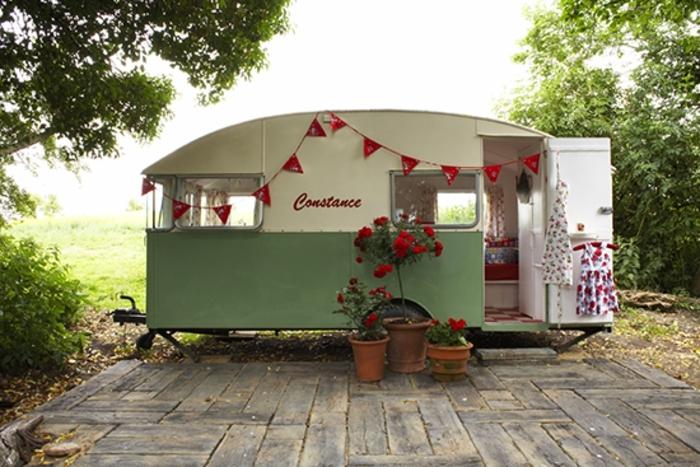 2vivre-en-mobil-home-transformation-style-vintage-extérieur-fleurs-rouges