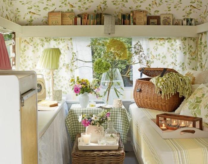 2vivre-en-mobil-home-vintage-style-caravane-déco-en-vert-et-blanc-objets-en-paille-et-bois
