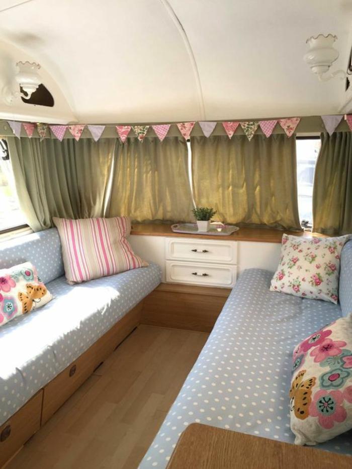 2vivre-en-mobil-home -vintage-style-shabby-chic-couleurs-pastels-déco-coussins-papillons