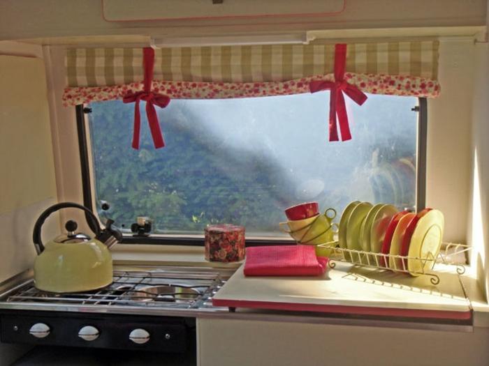 2vivre-en-mobil-home-vue-stupéfiante-cuisine-vintage-en-couleurs-fraîches