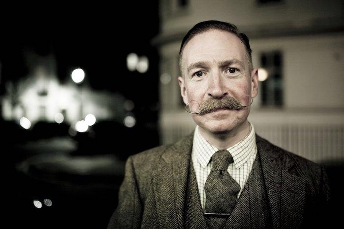 Handlebar Moustache Club LONDres mustache anglais vintage bouclettes