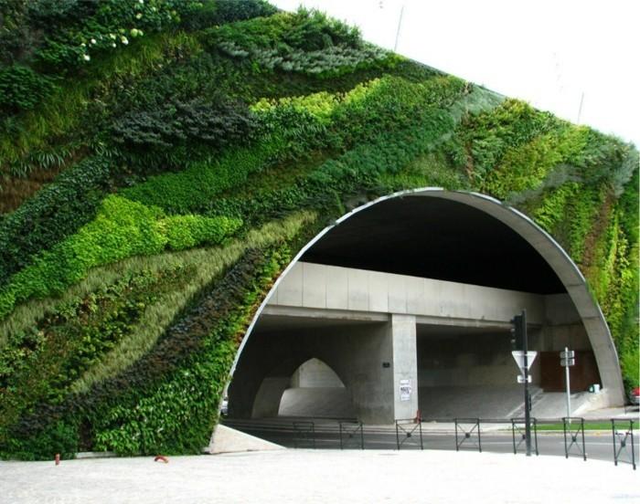 graffiti-en-mousse-sur-une-construction-géante-pont