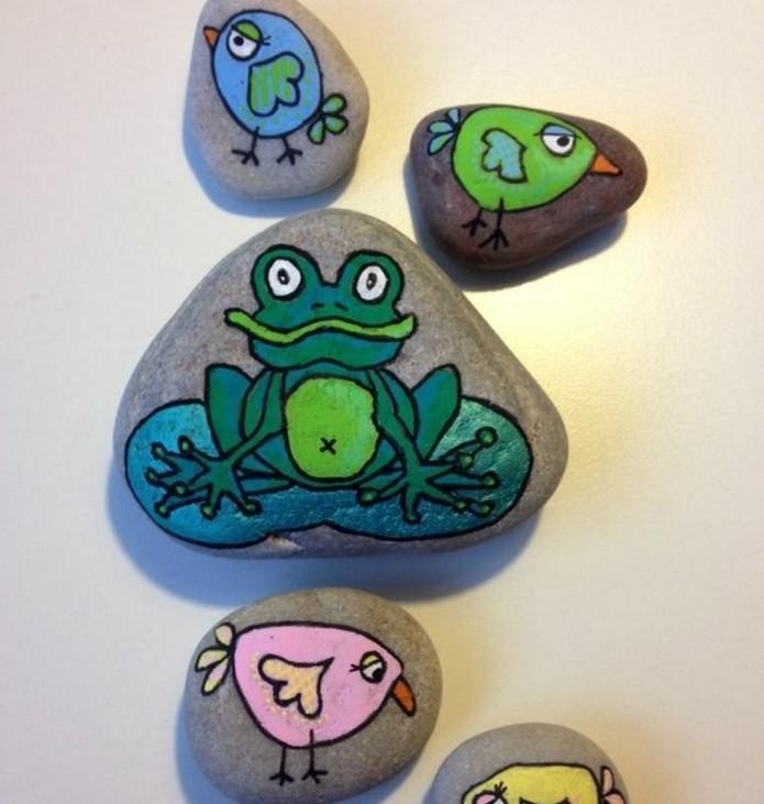 activité-ludique-pour-enfants-galets-décorés-de-dessins-de-poussins-et-de-grenouilles-idee-galets-decoration