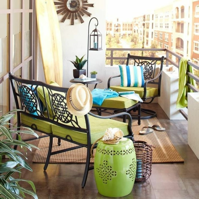 amenagement-balcon-meubles-fer-forge-et-tissu-vert