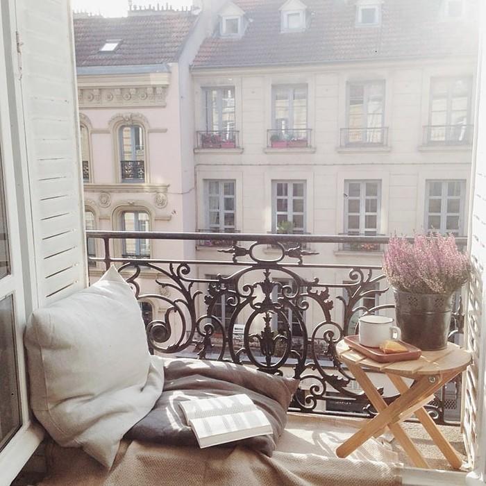amenagement-balcon-original-coussin-gris-et-chaise-ronde