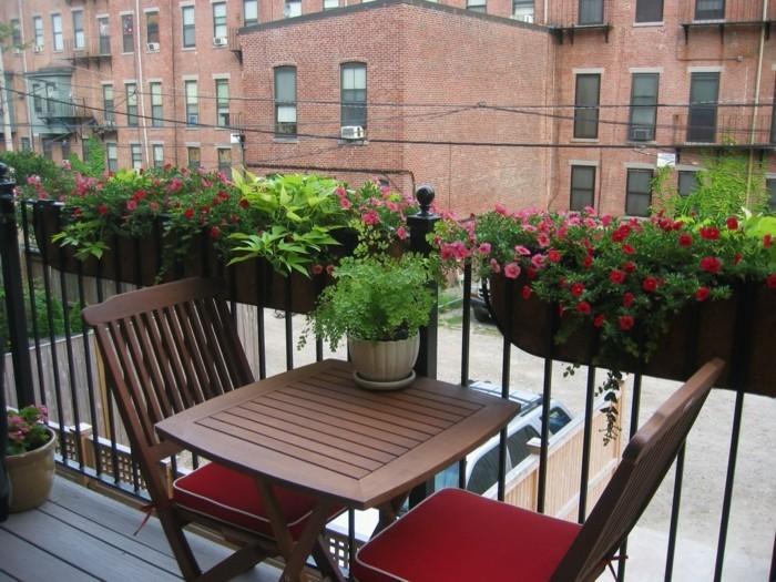 amenagement-balcon-petite-table-en-bois-et-deux-chaises