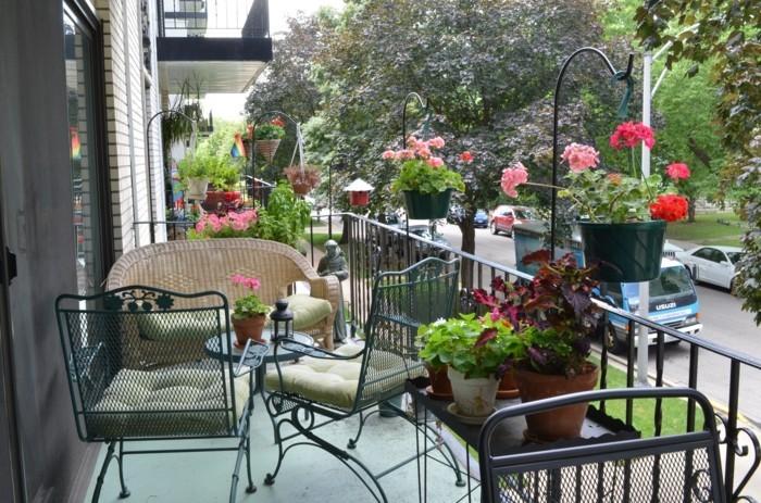 amenagement-balcon-petite-table-ronde-et-pots-de-fleurs