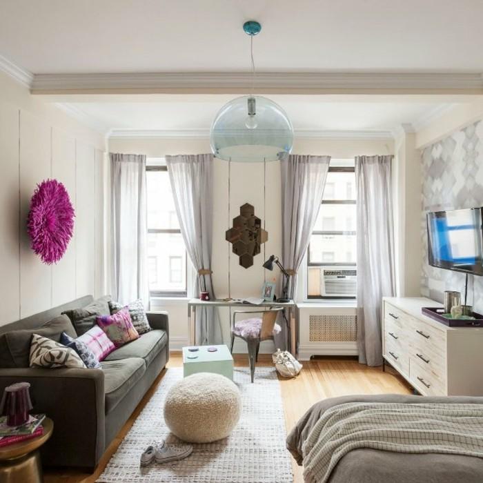 amenagement-petit-espace-pouf-rose-coussins-colores-bureau-armoire