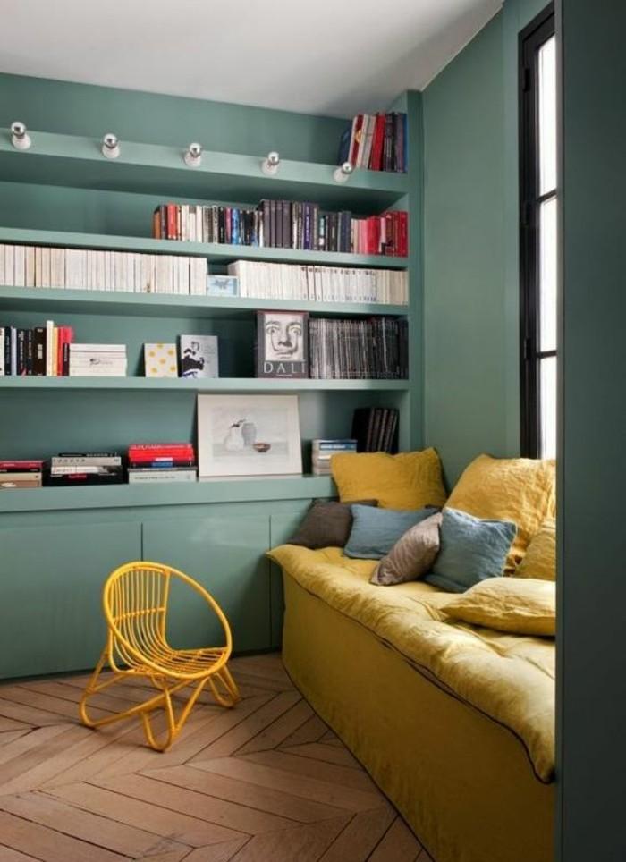 aménagement-petite-chambre-coin-lecture-avec-couverture-canape-en-jaune