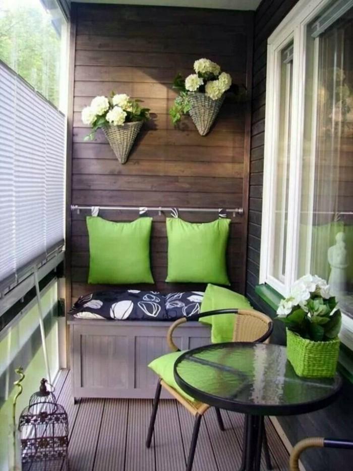 amenager-son-balcon-avec-du-bois-et-coussins-verts