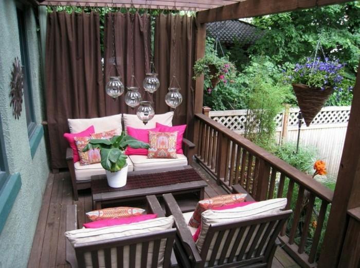 amenager-son-balcon-belle-terrasse-en-bois-et-coussins-roses
