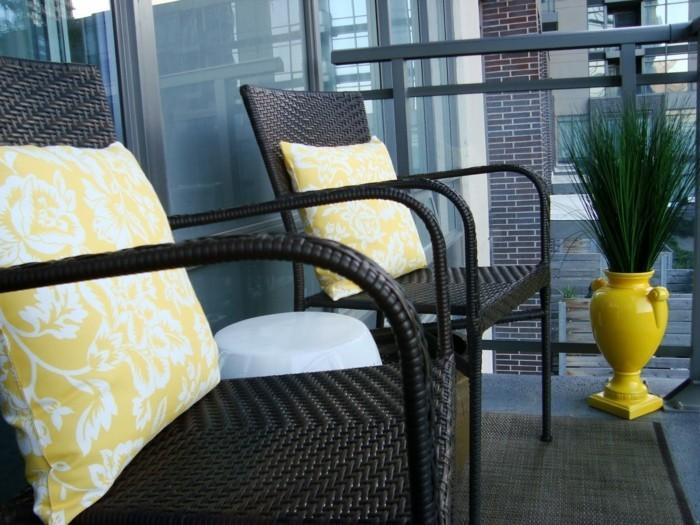 amenager-son-balcon-chaises-en-ratan-pour-le-petit-balcon