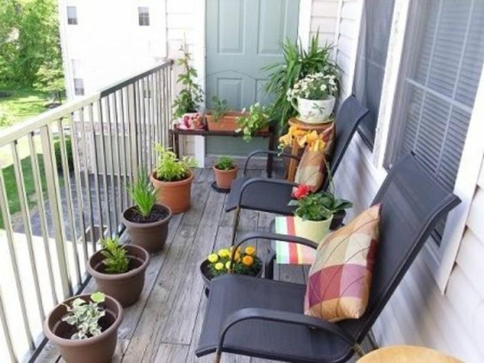 amenager-son-balcon-de-maniere-cosy-et-belle-deux-chaises-noires