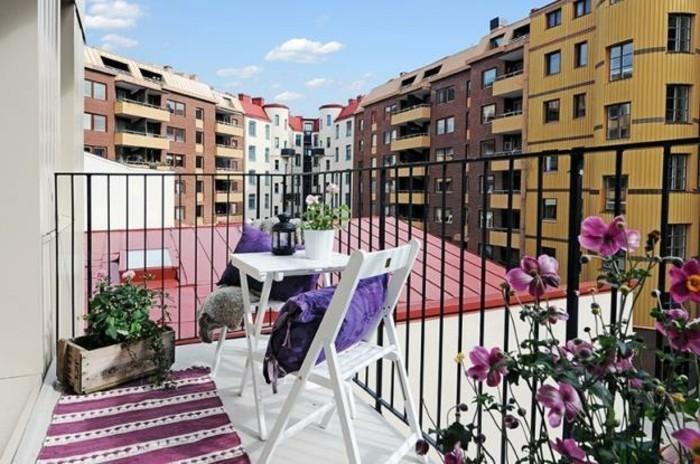 amenager-son-balcon-jardiniere-petit-tapis-rustique-et-coin-repas