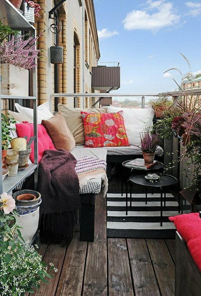 amenager-un-balcon-canape-dangle-pour-la-terrasse-sol-en-bois