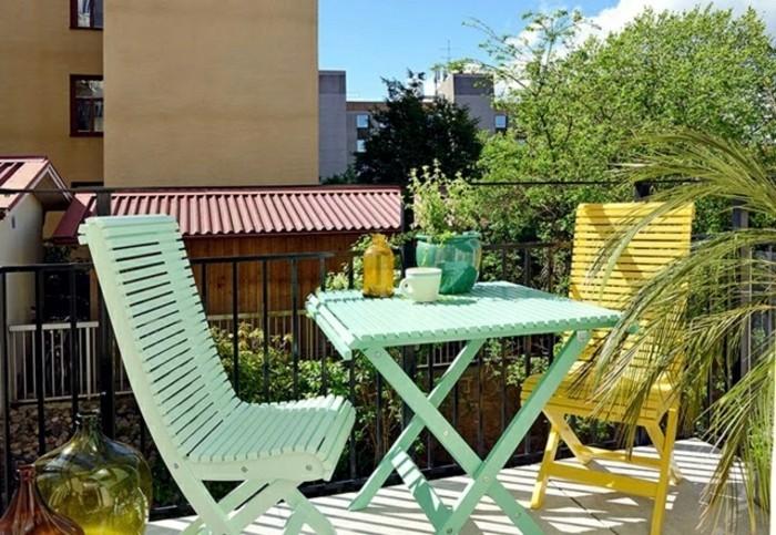 amenager-un-balcon-comme-une-salle-de-sejour-table-et-chaises-en-bleu
